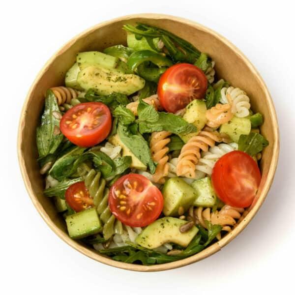 Италианска салата с цветни фусили и авокадо